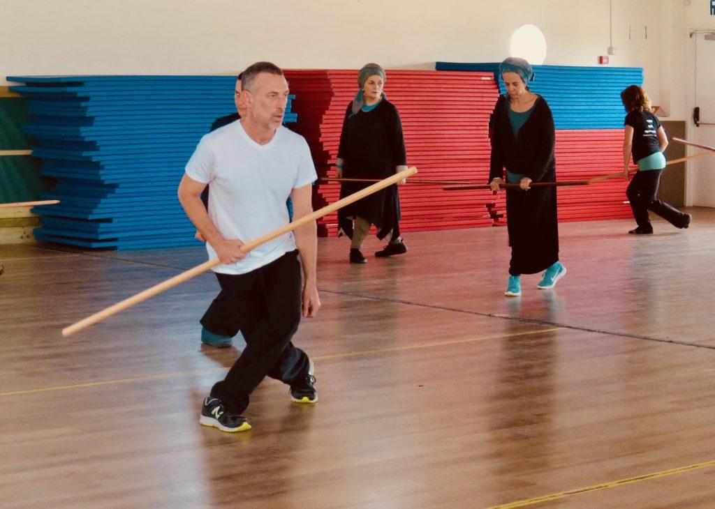 אמיר פרלמן מדגים תרגול מוט טאי צ׳י בסדנה לתלמידי קורס מדריכי צ׳י קונג